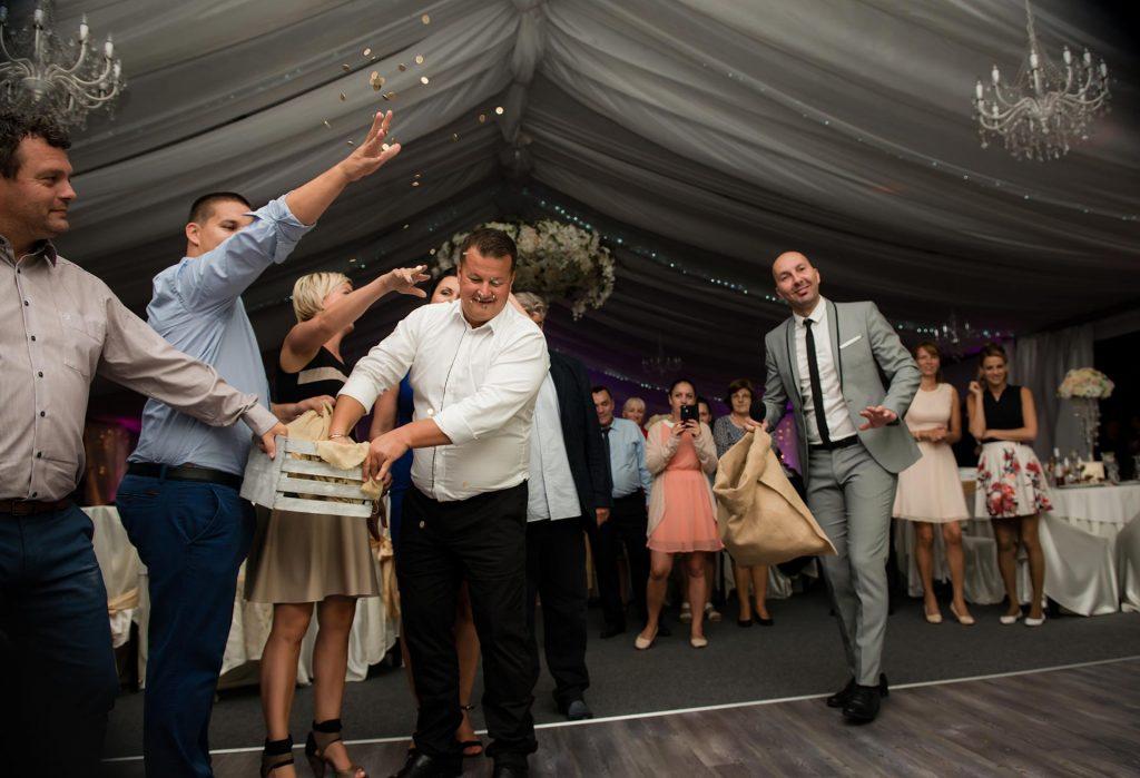 fiatal ceremóniamester esküvőre Szigliget